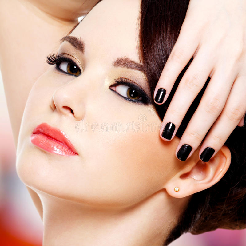 Όμορφη γυναίκα γοητείας με τα μαύρα καρφιά στοκ φωτογραφία με δικαίωμα ελεύθερης χρήσης