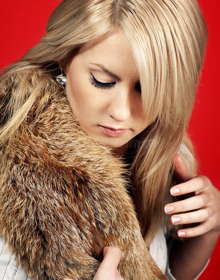 όμορφη γυναίκα γουνών παλ&ta στοκ εικόνες με δικαίωμα ελεύθερης χρήσης