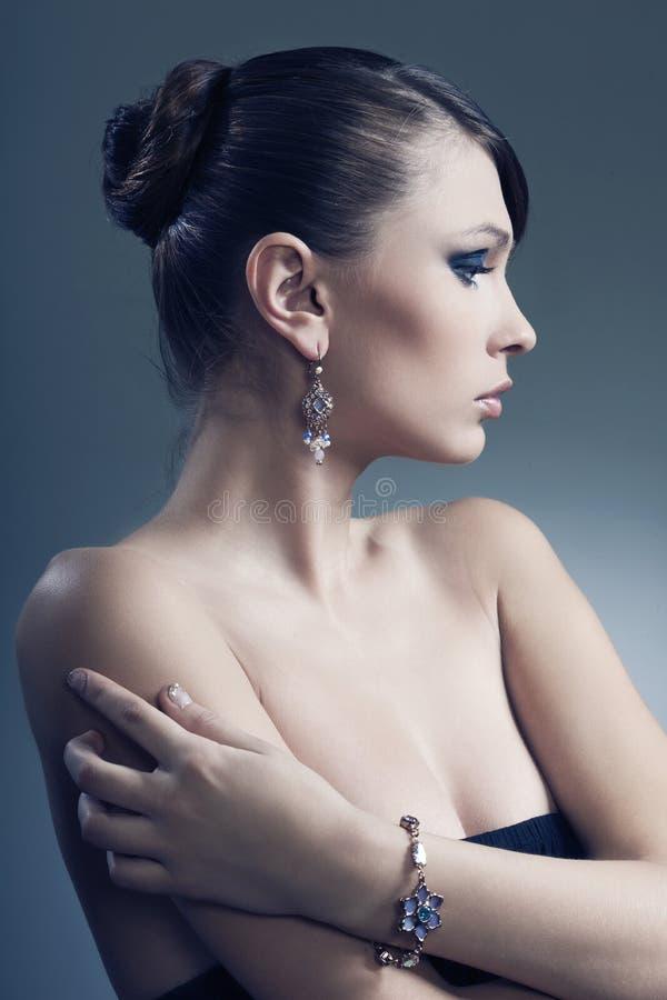 όμορφη γυναίκα δερμάτων κοσμήματος τέλεια στοκ φωτογραφίες
