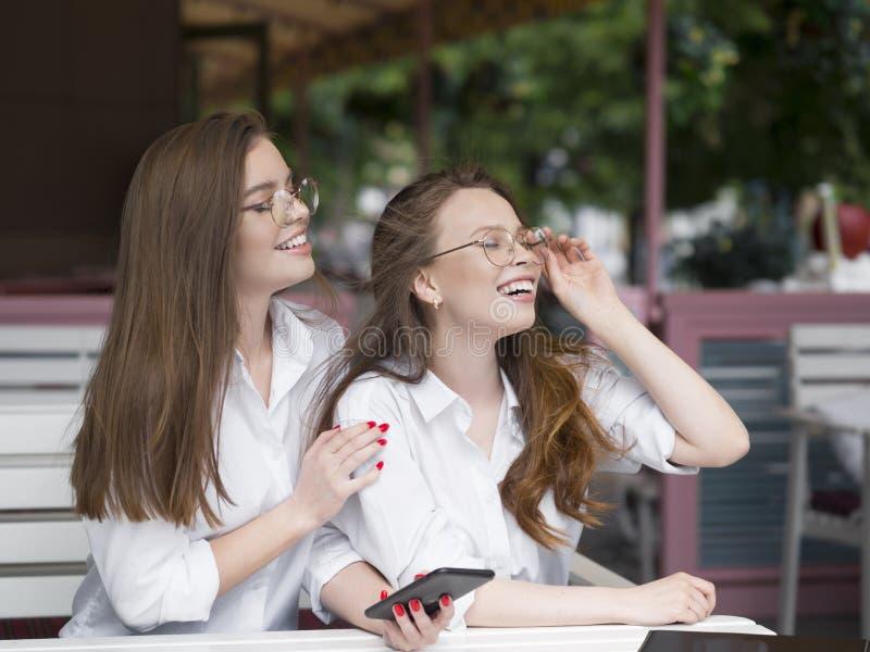Όμορφη γυναίκα δύο eyeglasses που κάθονται στο θερινό καφέ και που κοιτάζουν από την πλευρά στοκ φωτογραφία με δικαίωμα ελεύθερης χρήσης