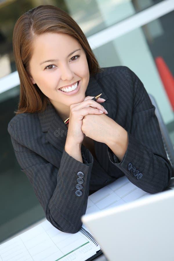 όμορφη γυναίκα επιχειρησιακών γραφείων στοκ εικόνες με δικαίωμα ελεύθερης χρήσης