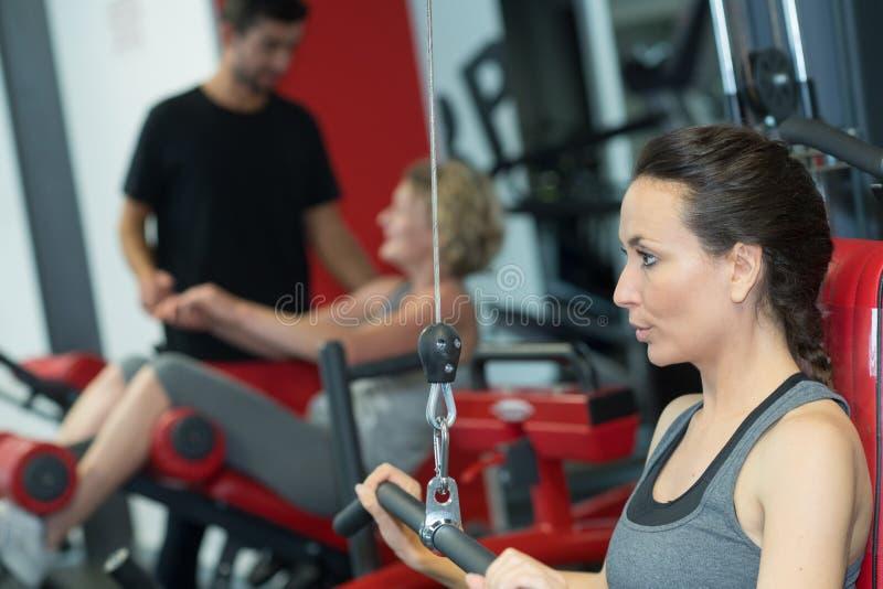 Όμορφη γυναίκα ικανότητας workout στη γυμναστική στοκ εικόνες