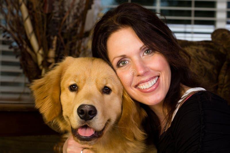 Όμορφη γυναίκα και ένα ευτυχές σκυλί στοκ φωτογραφία