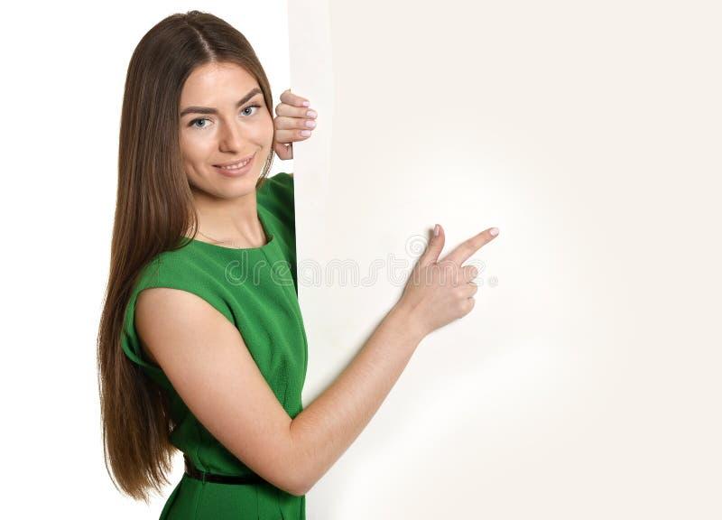 Όμορφη γυναίκα και λευκιά πινακίδα στοκ φωτογραφία