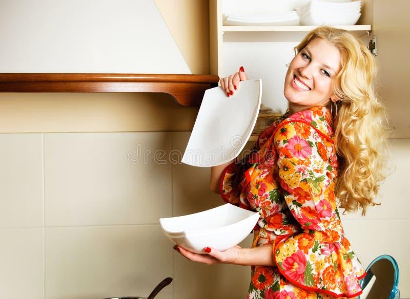 όμορφη γυναίκα κουζινών στοκ εικόνα με δικαίωμα ελεύθερης χρήσης