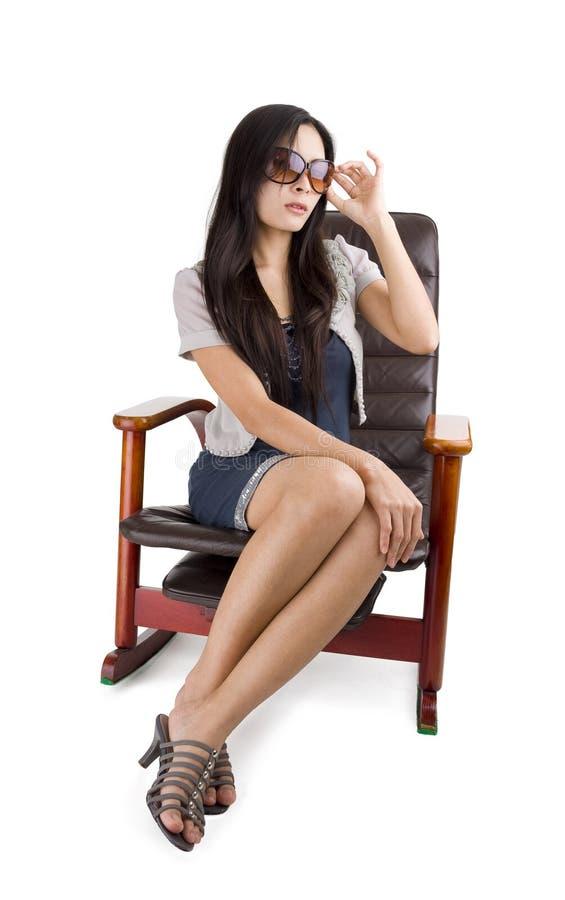 όμορφη γυναίκα λικνίσματ&omicron στοκ φωτογραφίες