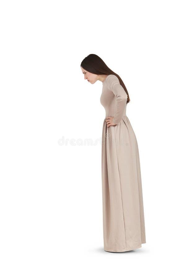 Όμορφη γυναίκα μακροχρόνιο να κοιτάξει επίμονα φορεμάτων στοκ φωτογραφία με δικαίωμα ελεύθερης χρήσης