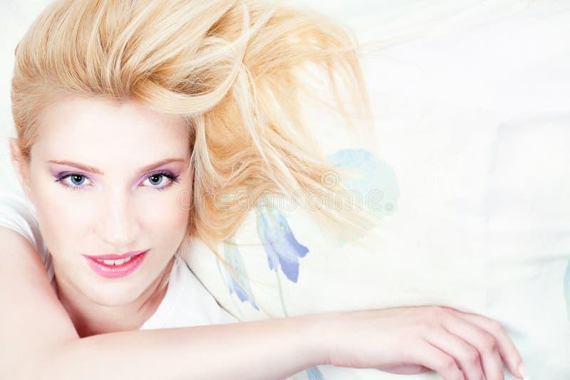 όμορφη γυναίκα μαξιλαριών στοκ εικόνες με δικαίωμα ελεύθερης χρήσης