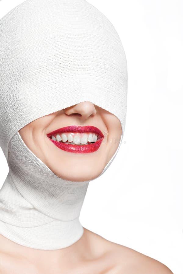 Όμορφη γυναίκα μετά από τη πλαστική χειρουργική με το επιδεμένο πρόσωπο στοκ φωτογραφία με δικαίωμα ελεύθερης χρήσης