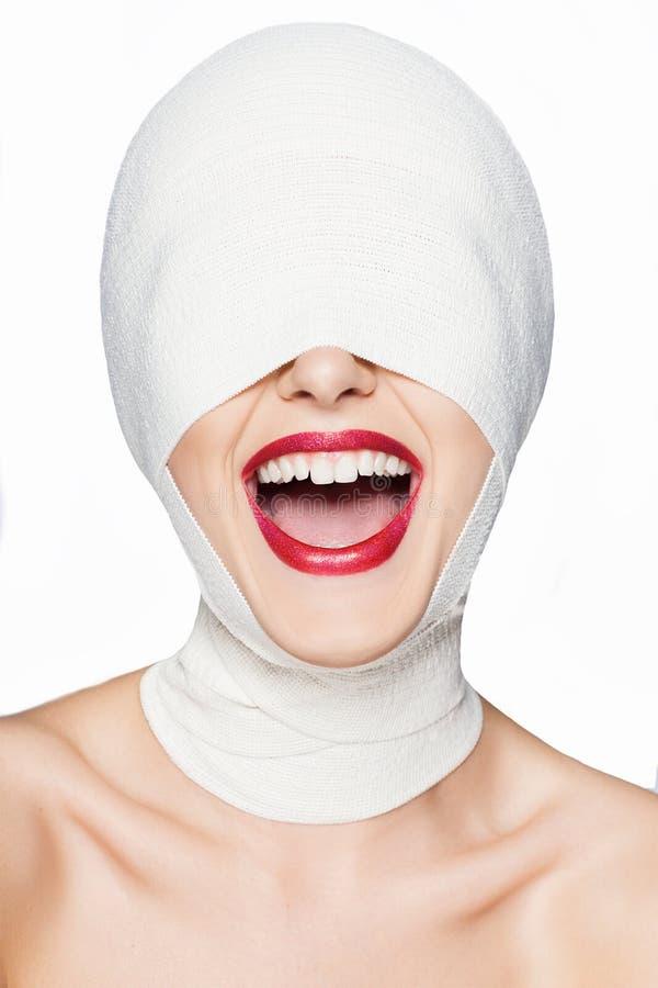 Όμορφη γυναίκα μετά από τη πλαστική χειρουργική με το επιδεμένο πρόσωπο στοκ εικόνα με δικαίωμα ελεύθερης χρήσης