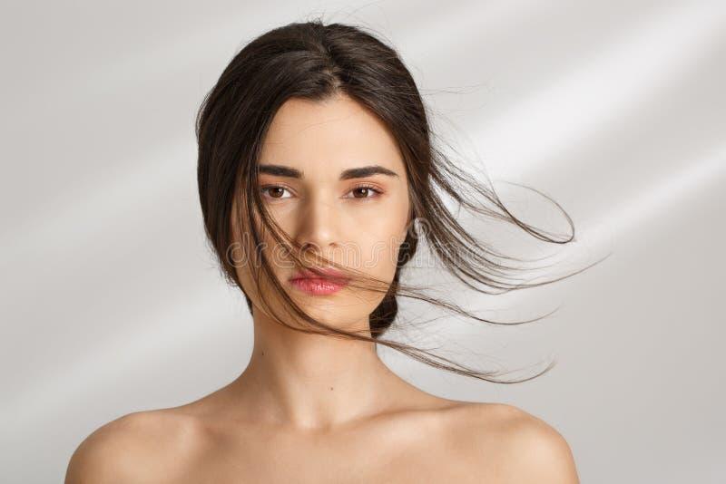 Όμορφη γυναίκα μετά από τις διαδικασίες SPA που Προσοχή ομορφιάς στοκ φωτογραφία