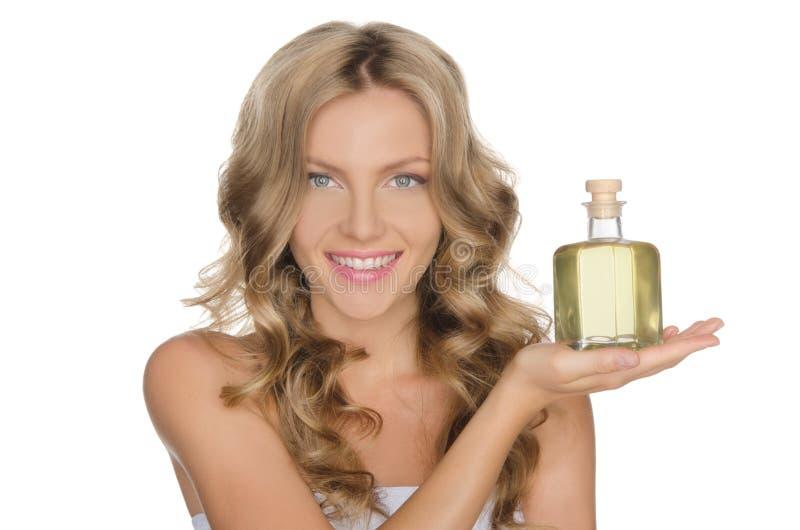 Όμορφη γυναίκα με ένα καλλυντικό για το δέρμα στοκ φωτογραφία με δικαίωμα ελεύθερης χρήσης