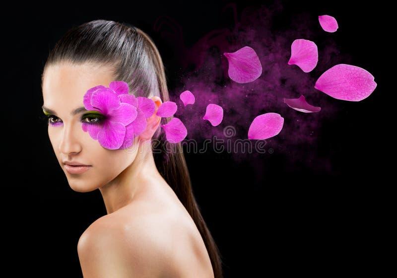 Όμορφη γυναίκα με ένα λουλούδι στοκ φωτογραφίες