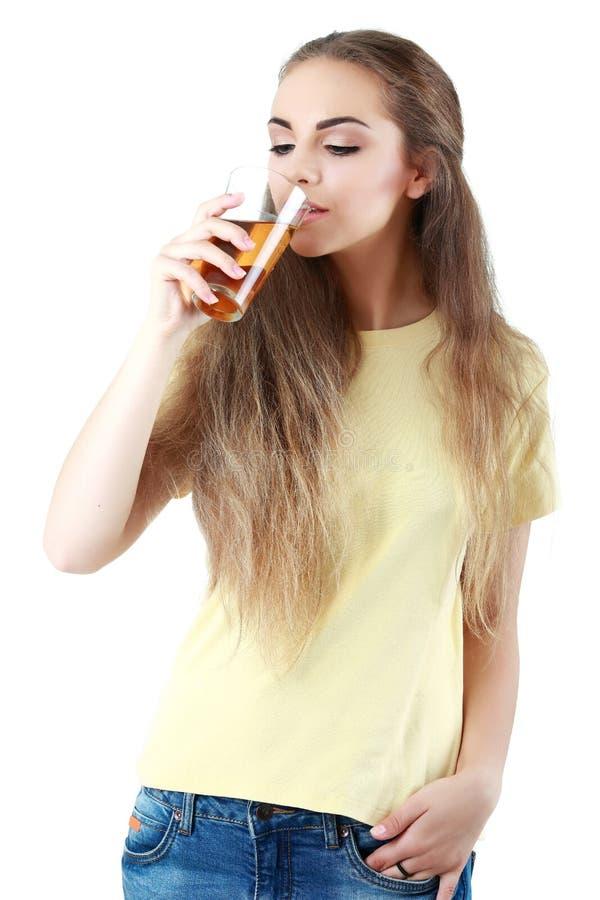 Όμορφη γυναίκα με ένα ποτήρι του χυμού, που απομονώνεται στο λευκό στοκ εικόνα με δικαίωμα ελεύθερης χρήσης