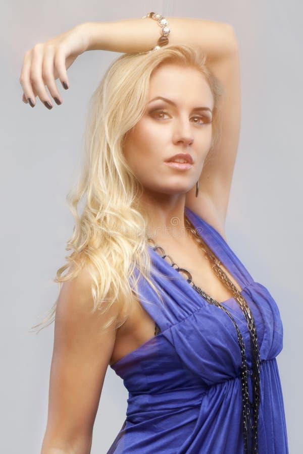 Όμορφη γυναίκα με ένα φόρεμα στο βλαστό μόδας στο στούντιο κίνησης όχι στοκ φωτογραφία με δικαίωμα ελεύθερης χρήσης