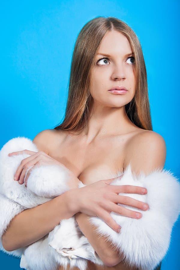 Όμορφη γυναίκα με μια γούνα στοκ εικόνες