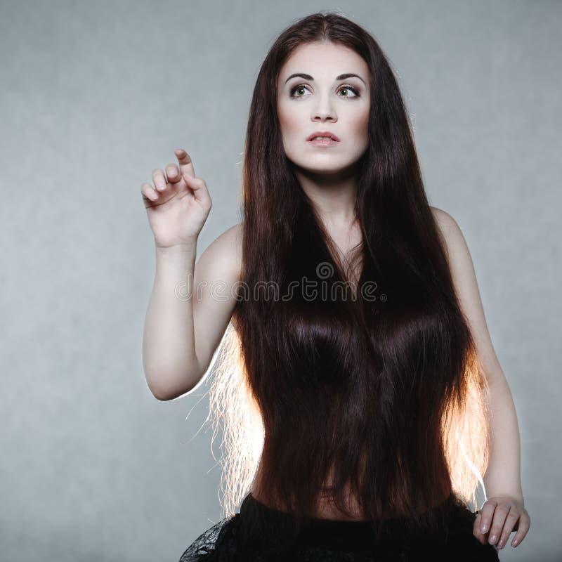 Όμορφη γυναίκα με πολύ μακρυμάλλη στοκ φωτογραφία με δικαίωμα ελεύθερης χρήσης
