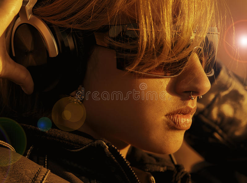 Όμορφη γυναίκα με τα ακουστικά στοκ εικόνα με δικαίωμα ελεύθερης χρήσης