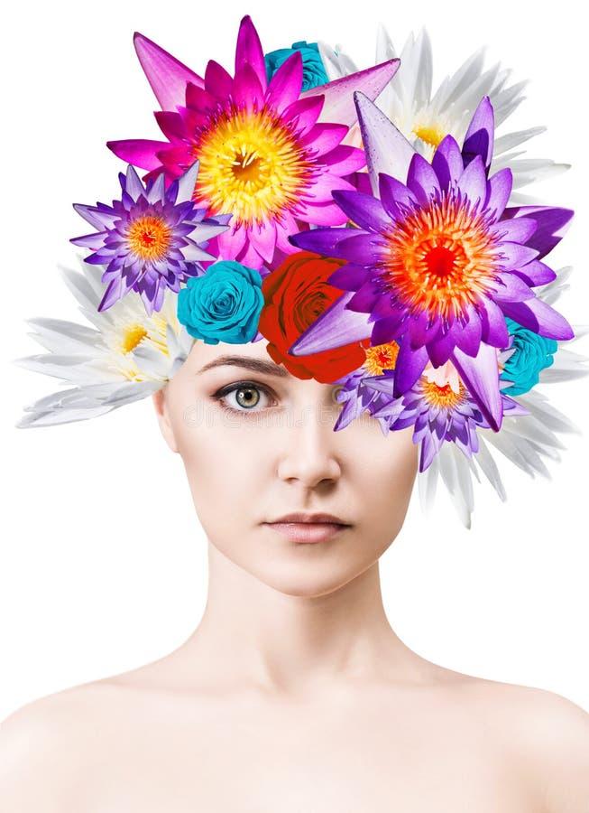 Όμορφη γυναίκα με τα ανθίζοντας λουλούδια στο κεφάλι της στοκ φωτογραφία με δικαίωμα ελεύθερης χρήσης