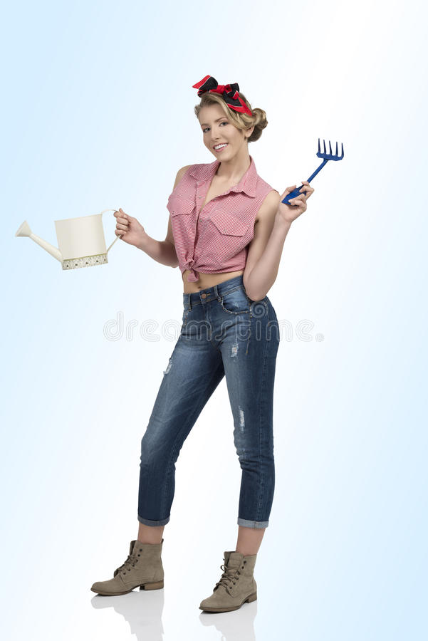 Όμορφη γυναίκα με τα εργαλεία κηπουρικής στοκ εικόνα με δικαίωμα ελεύθερης χρήσης