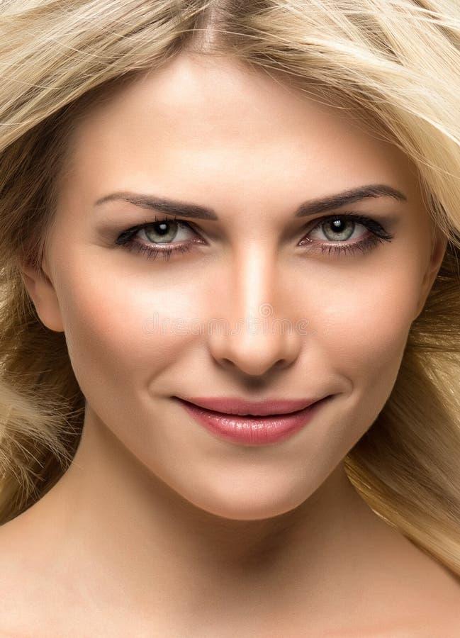 Όμορφη γυναίκα με τα μακριά ευθέα ξανθά μαλλιά στοκ εικόνα