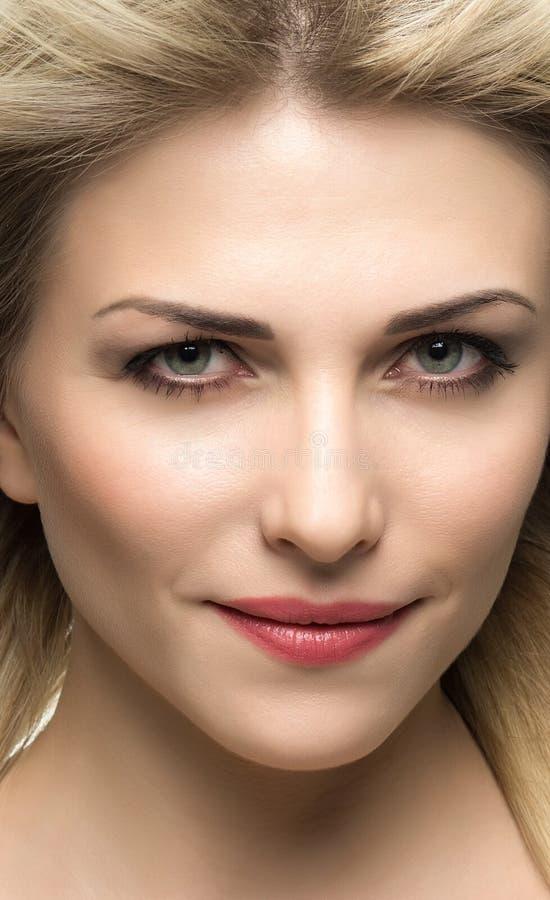 Όμορφη γυναίκα με τα μακριά ευθέα ξανθά μαλλιά στοκ εικόνα με δικαίωμα ελεύθερης χρήσης