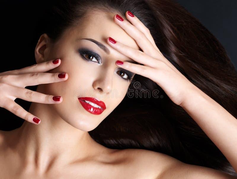 Όμορφη γυναίκα με τα μακριά καφετιά ευθέα τριχώματα στοκ εικόνες