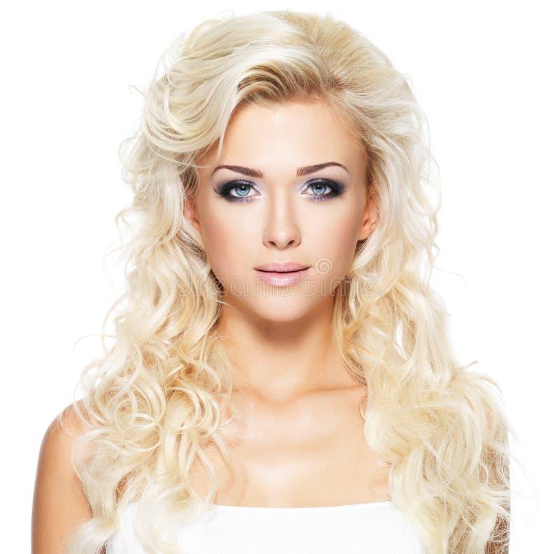 Όμορφη γυναίκα με τα μακριά ξανθά μαλλιά στοκ εικόνα