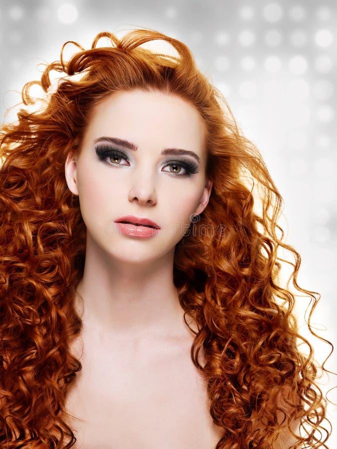 Όμορφη γυναίκα με τα μακριά σγουρά τριχώματα στοκ φωτογραφία με δικαίωμα ελεύθερης χρήσης