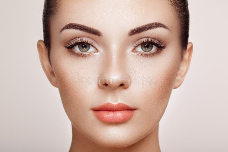 Όμορφη γυναίκα με τα μακροχρόνια ψεύτικα eyelashes στοκ εικόνες με δικαίωμα ελεύθερης χρήσης