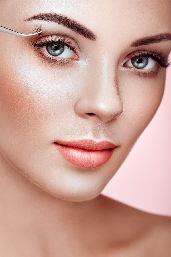 Όμορφη γυναίκα με τα μακροχρόνια ψεύτικα eyelashes στοκ εικόνα με δικαίωμα ελεύθερης χρήσης