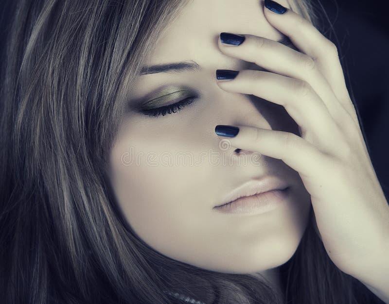 Όμορφη γυναίκα με τα μπλε καρφιά στοκ εικόνες με δικαίωμα ελεύθερης χρήσης