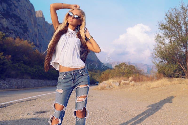 Όμορφη γυναίκα με τα ξανθά μαλλιά στα περιστασιακά ενδύματα, που θέτουν στο δρόμο στοκ φωτογραφία με δικαίωμα ελεύθερης χρήσης