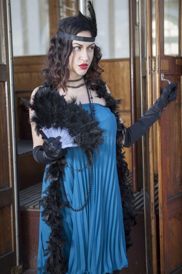 Όμορφη γυναίκα με τα ξεσκονόπανα φτερών στοκ φωτογραφία με δικαίωμα ελεύθερης χρήσης