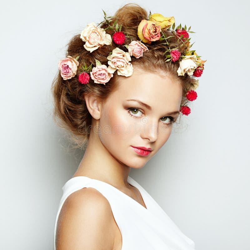 Όμορφη γυναίκα με τα λουλούδια. Τέλειο δέρμα προσώπου. Πορτρέτο ομορφιάς στοκ φωτογραφίες με δικαίωμα ελεύθερης χρήσης
