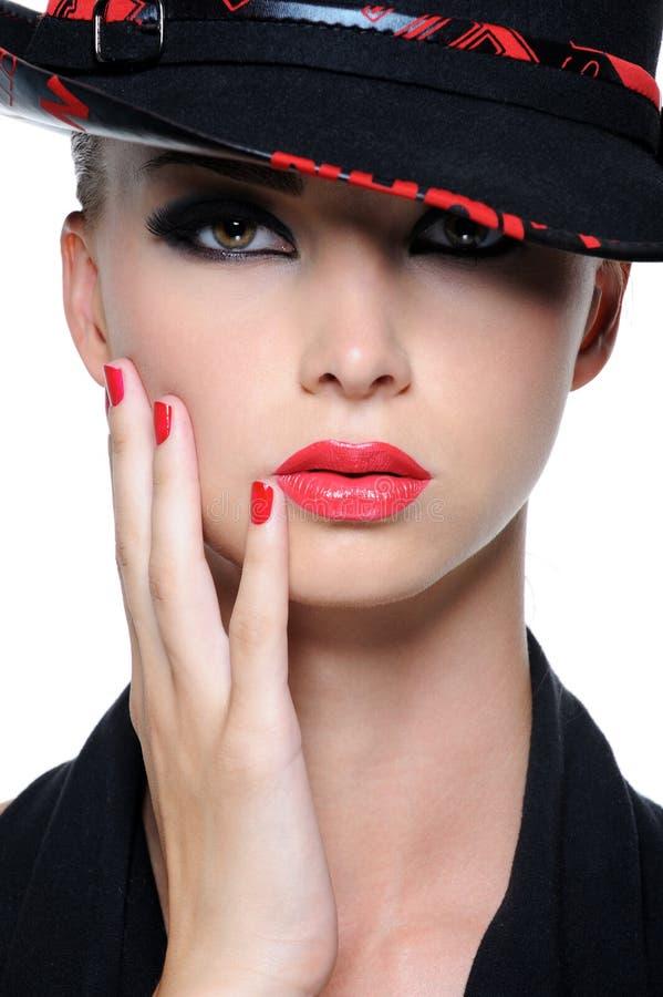 Όμορφη γυναίκα με τα φωτεινά κόκκινα χείλια στοκ φωτογραφία με δικαίωμα ελεύθερης χρήσης