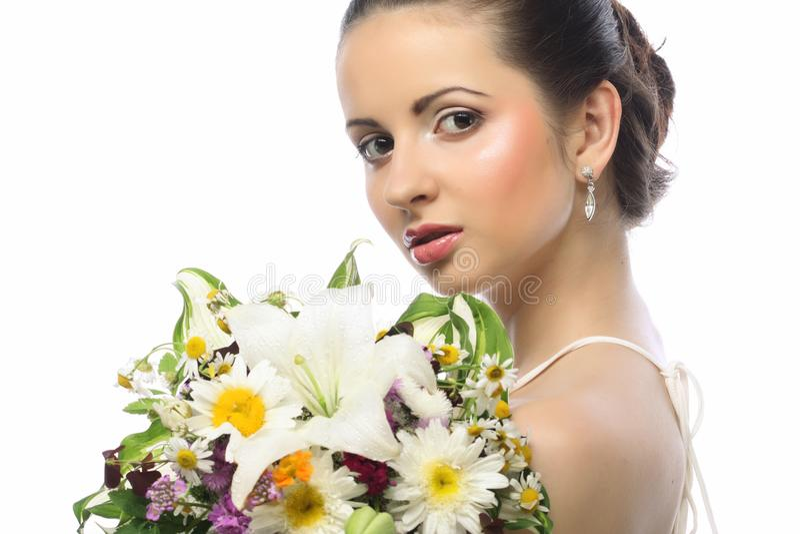 Όμορφη γυναίκα με την ανθοδέσμη των διαφορετικών λουλουδιών στοκ φωτογραφία