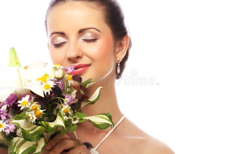 Όμορφη γυναίκα με την ανθοδέσμη των διαφορετικών λουλουδιών στοκ φωτογραφία με δικαίωμα ελεύθερης χρήσης