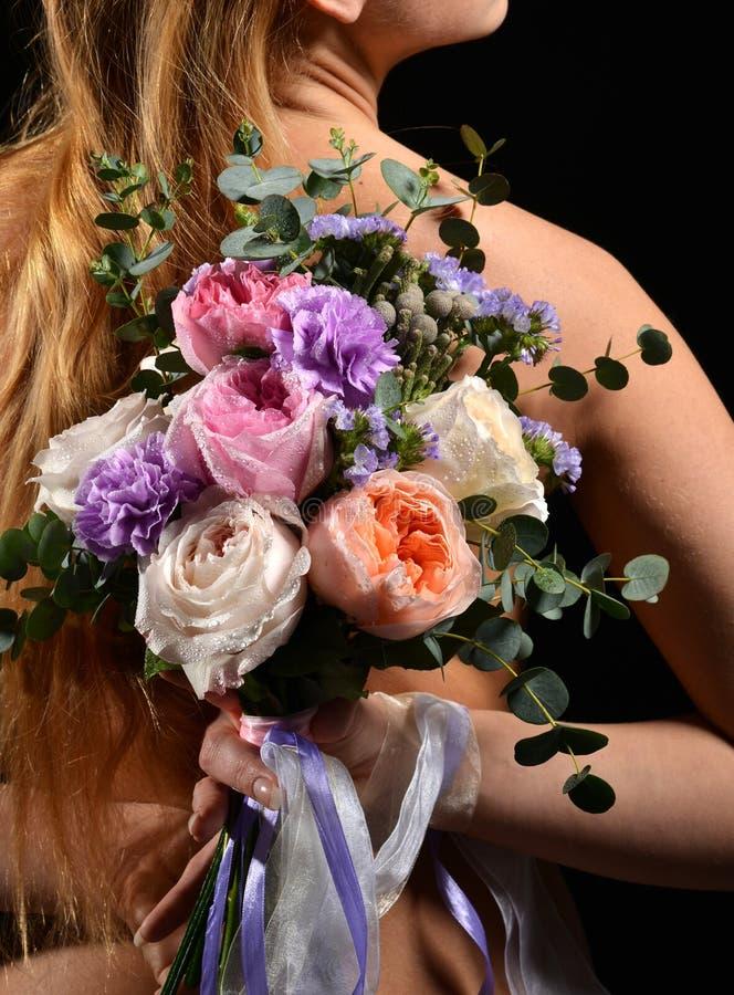 Όμορφη γυναίκα με την ανθοδέσμη των φωτεινών άσπρων ρόδινων πορφυρών τριαντάφυλλων φ στοκ φωτογραφία με δικαίωμα ελεύθερης χρήσης