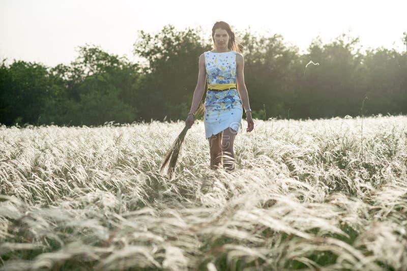 Όμορφη γυναίκα με την ανθοδέσμη feather-grass στοκ φωτογραφία με δικαίωμα ελεύθερης χρήσης