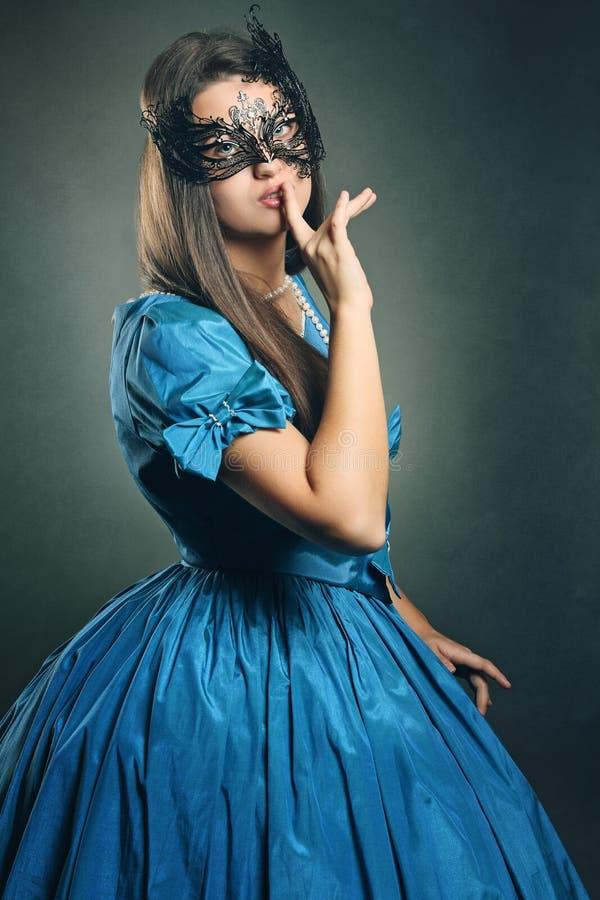 Όμορφη γυναίκα με την ενετική μάσκα στοκ εικόνες με δικαίωμα ελεύθερης χρήσης