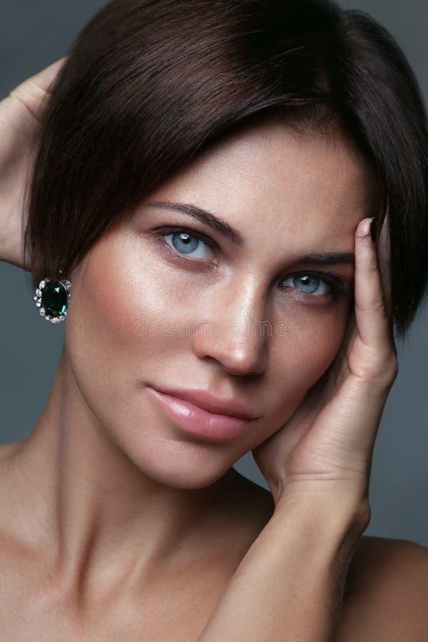 Όμορφη γυναίκα με την καθαρή σύνθεση στοκ εικόνα με δικαίωμα ελεύθερης χρήσης
