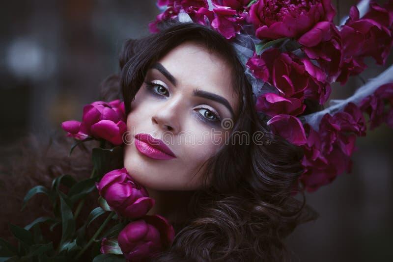 Όμορφη γυναίκα με την κορώνα που κρατά τα πορφυρά peonies στοκ εικόνες με δικαίωμα ελεύθερης χρήσης