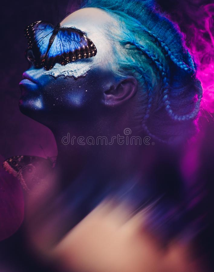 Όμορφη γυναίκα με την μπλε τρίχα και πεταλούδα στοκ φωτογραφία με δικαίωμα ελεύθερης χρήσης