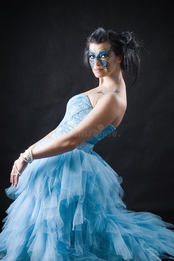 Όμορφη γυναίκα με την πεταλούδα bodyart ot το πρόσωπο στοκ φωτογραφία