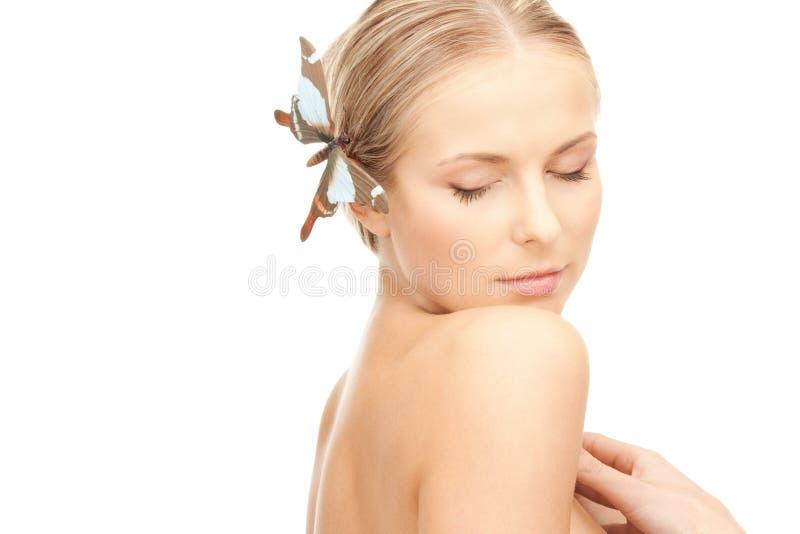 Όμορφη γυναίκα με την πεταλούδα στην τρίχα στοκ φωτογραφίες με δικαίωμα ελεύθερης χρήσης