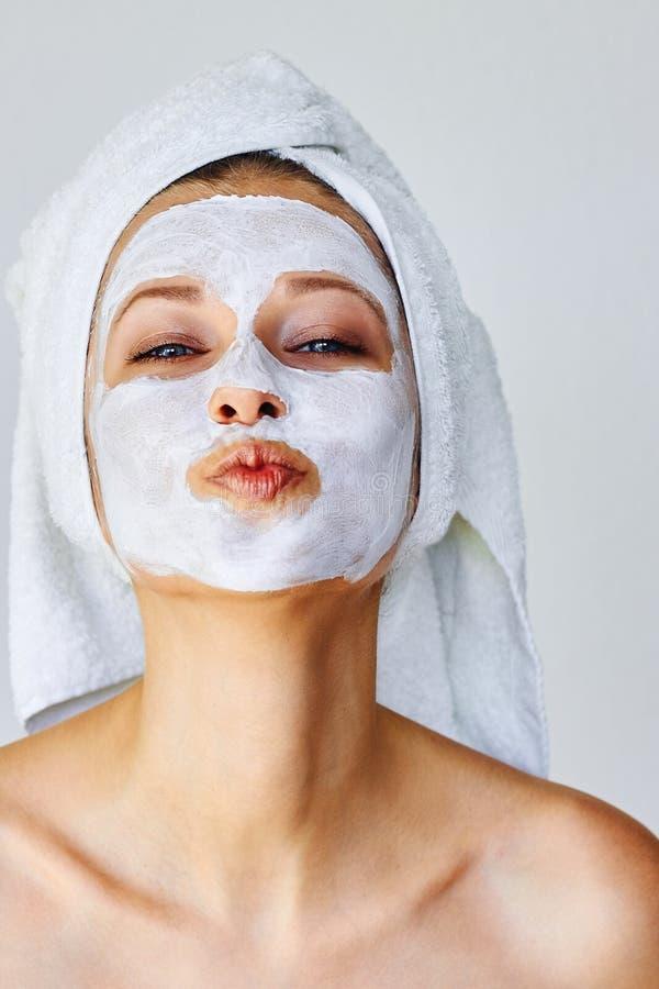 Όμορφη γυναίκα με την του προσώπου μάσκα στο πρόσωπό της Φροντίδα δέρματος και επεξεργασία, SPA, φυσικές ομορφιά και cosmetology  στοκ φωτογραφία