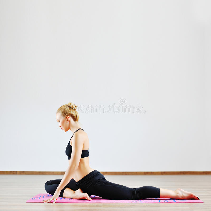 Όμορφη γυναίκα με την υψηλή ευελιξία σωμάτων που ασκεί στη γυμναστική στοκ φωτογραφίες