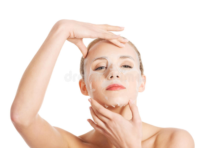Όμορφη γυναίκα με τη μάσκα κολλαγόνων στο πρόσωπο. στοκ φωτογραφίες με δικαίωμα ελεύθερης χρήσης