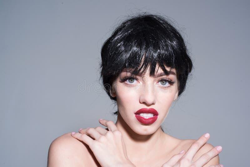 Όμορφη γυναίκα με τη μοντέρνη σύνθεση, μεγάλα πράσινα μάτια, κοντή στιλπνή μαύρη τρίχα που απομονώνεται στο γκρίζο υπόβαθρο θηλυκ στοκ φωτογραφία με δικαίωμα ελεύθερης χρήσης